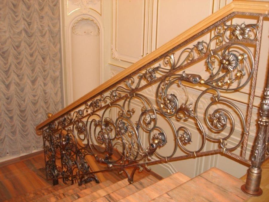 Лестницы с кованными перилами фото